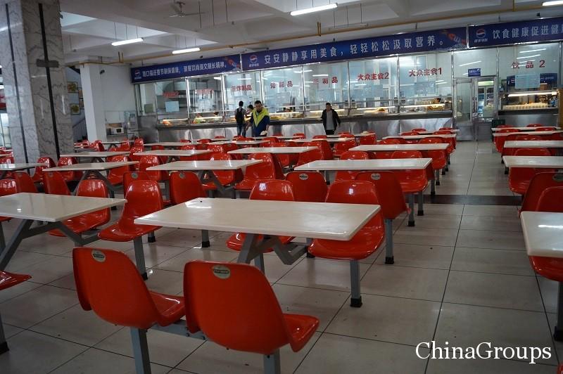 Зал приема пищи в столовой ХИУ