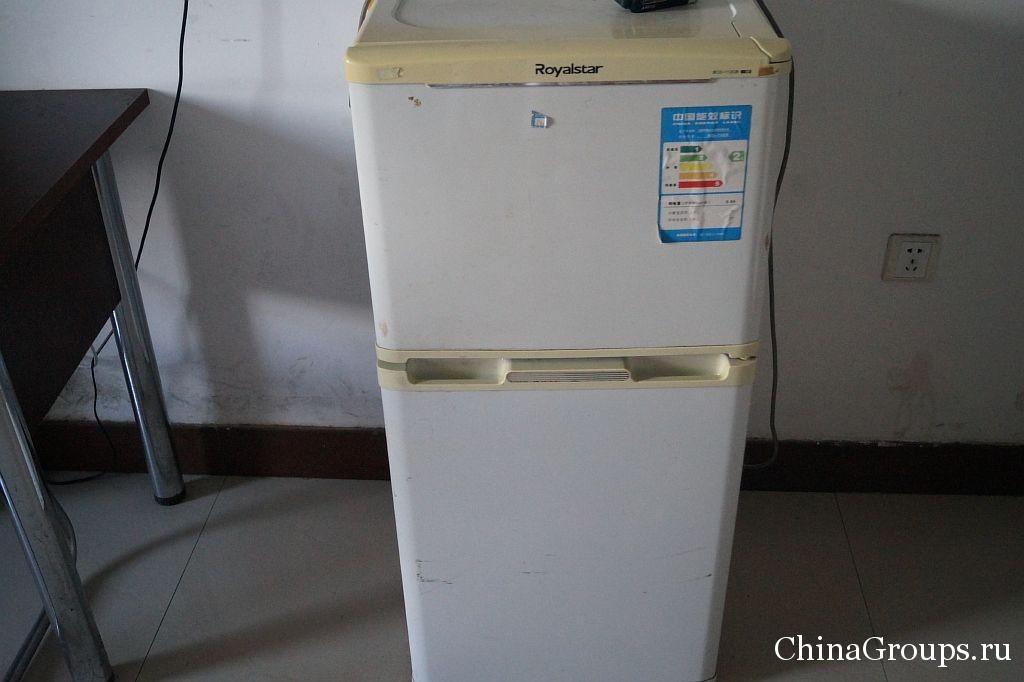 Холодильник в комнате университета Бохай