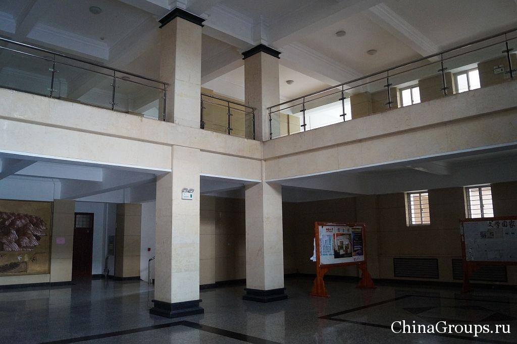 Холл учебного корпуса университета Бохай