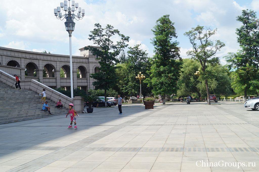 Площадь перед библиотекой Бохайского университета