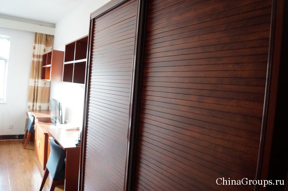 Шкаф для одежды в комнате