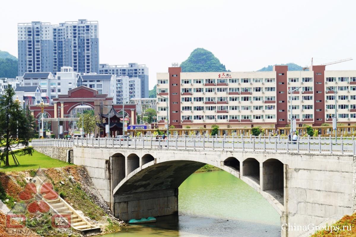 Институт Тунжень территория кампуса мост через реку